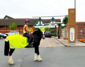 Se siete a cavallo non potete avere il vostro hamburger al McDrive